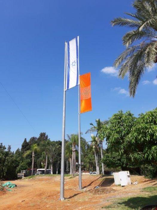 התקן לתליית דגל בגודל 1.8 על 6 מ על תורן 15 מ בצומת רעננה