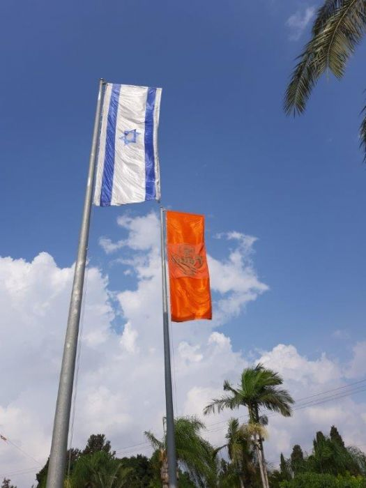 תקן לתליית דגל אנכי בצורת ר על תורן עם כבל - עבור דגל בגודל 6*1.8 מטר, התקנה על תורן 15 מטר בצומת רעננה