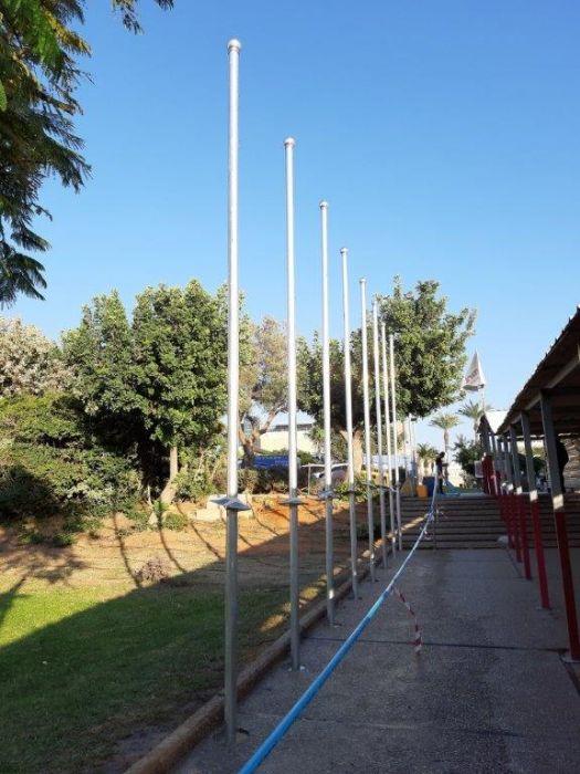 התקנת 15 תרני אלומיניום בקוטר 76 ממ גובה 5 מטר בשדרת הכניסה לאוניברסיטת תל אביב
