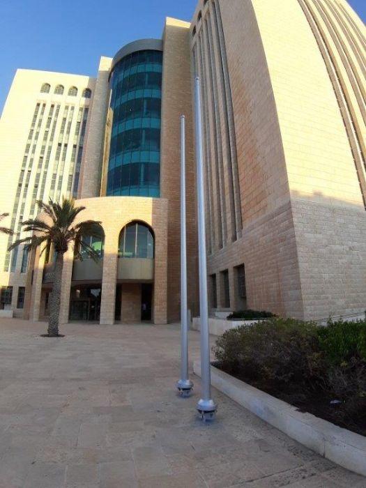 היכל בתי המשפט באר שבע הסרת תורן קיים והתקנת תורן פלדה קוני בגובה 6 מטר בכניסה הצפונית