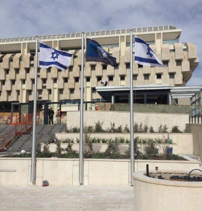 תורן אלומיניום קוני בגובה 6 מטר התקנה בבנק ישראל באמצעות פלטות חיבור לקיר