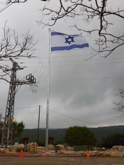 תורן פלדה קוני בגובה 12 מטר התקנה בריחן עם דגל 2.9 על 4 מטר