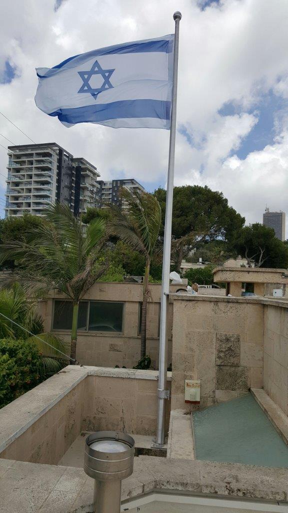 תורן אלומיניום 6 מטר התקנה עם חבקים על דופן גג בית