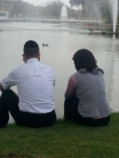 תמונת זוג יושב באגם