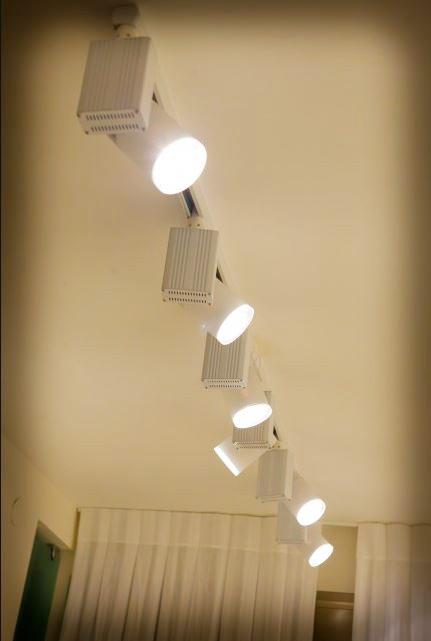 תאורה לסלון עם פרוז'קטורים