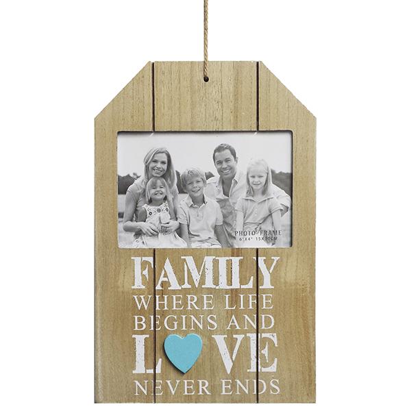 מסגרת לתמונה לתלייה בצבע טבעי עם כיתוב FAMILY לבן