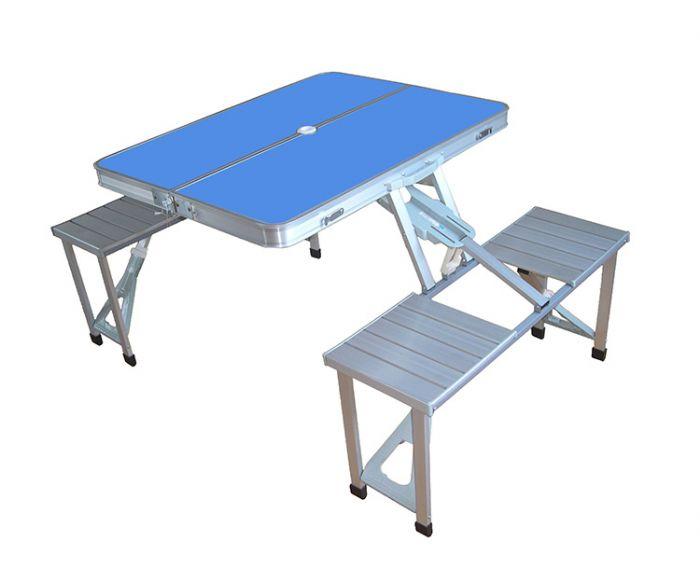 שולחן עם כיסאות