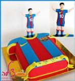 עוגת כדורג, והפעם עוגה בדמות של חולצת ברצלונה, הקבוצה האהובה על עידן והכוכב של הקבוצה מסי, מפוסל מבצק סוכר