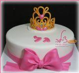 עוגת יום הולדת עם כתר זהב לחגיגה של גל