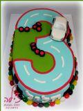 עוגת יום הולדת שלוש מעוצבת כמסלול מרוצים