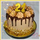 עוגת יום הולדת בציפוי גנאש שוקולד, נשיקות דמויות קרם ובייגלה מלוחיםת שילוב טעמים משגע!