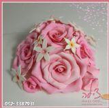 פרחים אכילים מעטרים עוגת החתונה