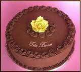 עוגת שוקולד שחיתותית - עוגת שוקולד בלגי במילוי קרם חמאה עם מחית תות שדה, ציפוי גנאש שוקולד