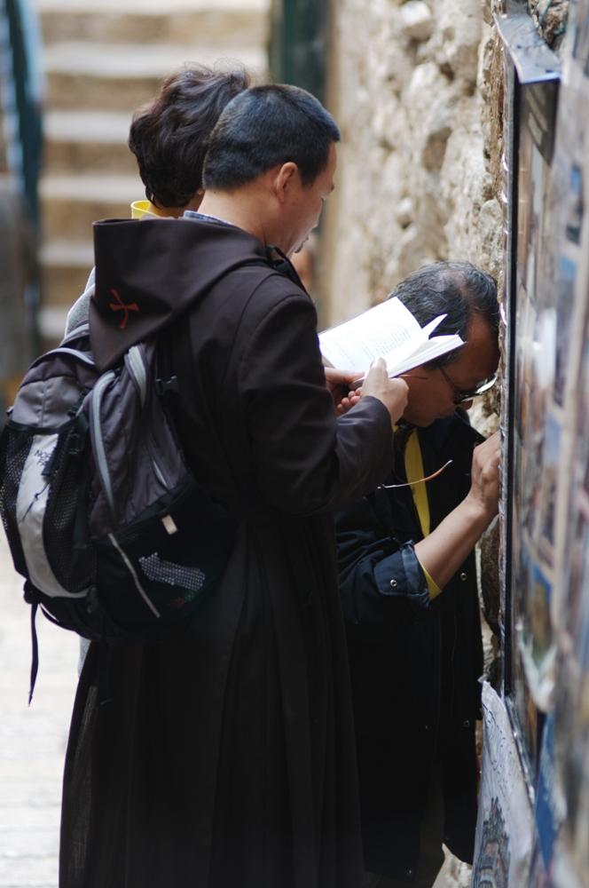נזירים מתפללים בירושלים  - תמונות בחינם ללקוחות Webfocus