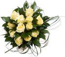 זר ורדים לבנים בשילוב עלים יכוקים
