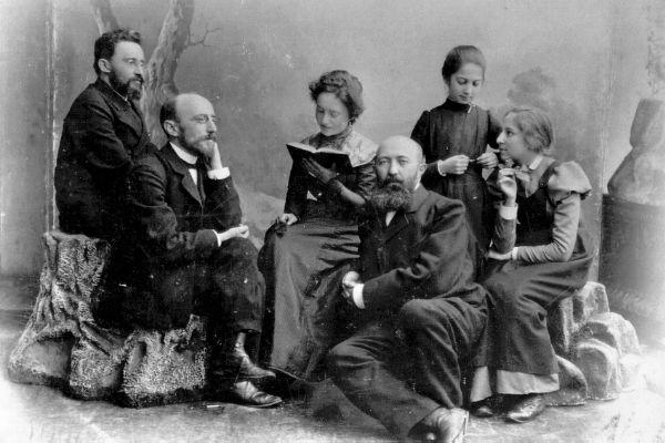 דובנוב משמאל בחברת ידידיו אחד העם ומרדכי בן הלל הכהן ובנותיו. צילום משנת 1915