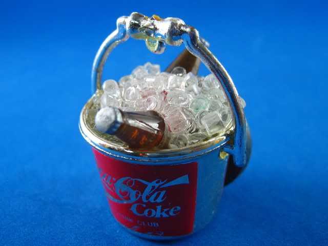 דלי קרח מיניאטורי של קוקה קולה עם 2 בקבוקים