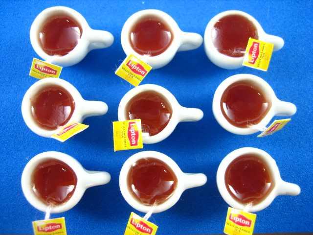 ספלי תה מיניאטוריים מלאים עם שקיות תה