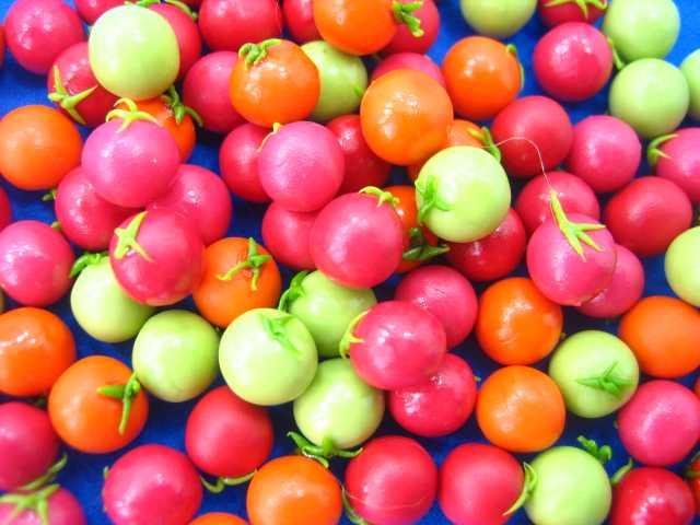 עגבניות מיניאטוריות בשלות בחלקן