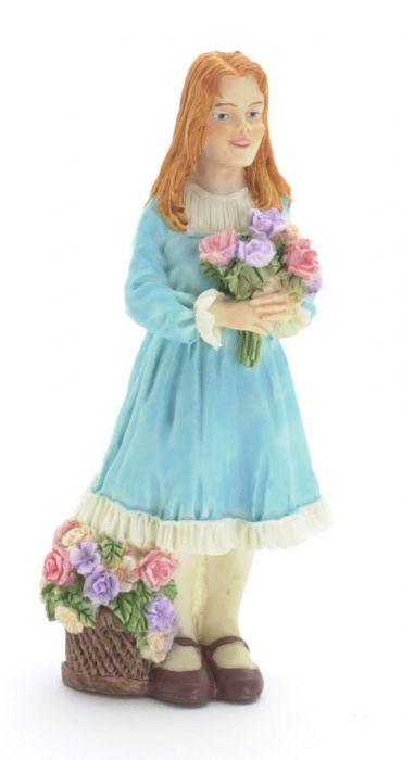 פסלון מיניאטורי של ילדה עם פרחים