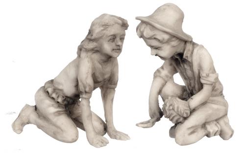 פסלון ילד וילדה מיניאטורי על הברכיים