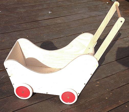 עגלה מעץ לבובה