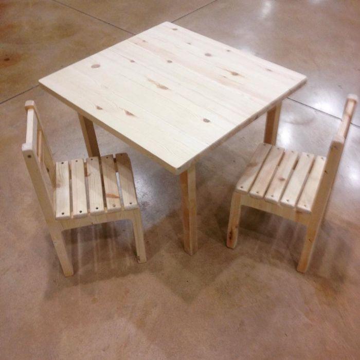 שולחן עץ וכסאות
