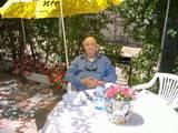 אבא בחצר אצלי בבית... נהנה מהשמש