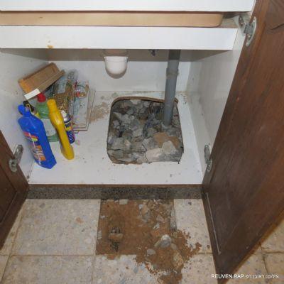 נזק פיצוץ צנרת בארון