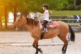 טיפול באמצעות הסוס ילדה רוכבת על סוס