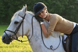 תרפיה בעזרת רכיבה על סוסים אישה מחבקת סוס