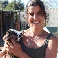ענת ברנע - מטפלת בעזרת בעלי חיים