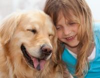 טיפול בעזרת כלבים - ילדה מחבקת כלב