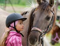 רכיבה טיפולית - ילדה מתקשרת עם סוס