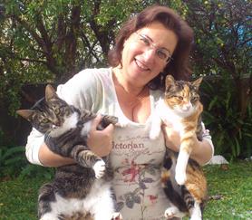 """איריס קולטוצ'ניק מחזיקה חתולים טיפול באמצעות בעל""""ח"""