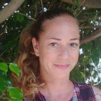 מירי שרון דה פריס מקלט הקופים מטפלת בעזרת בעלי חיי