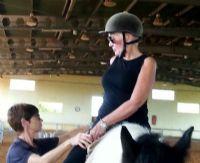 טיפול עם סוסים אישה רוכבת על סוס