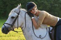 רכיבה טיפולית עם סוסים אישה מחבקת סוס