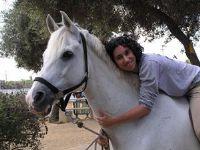 נפלאות הרכיבה הטיפולית אישה מחבקת סוס
