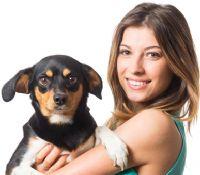 בחורה מחזיקה כלב - סדנאות למטפלים בעזרת בעלי חיים
