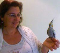 איריס קולטוצ'ניק מחזיקה תוכי חיה טיפולית
