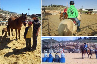 ילדים רוכבים על סוסים רכיבה טיפולית