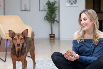ענת קציר אליאל מטפלת בעזרת בעלי חיים