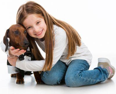 ילדה מחבקת כלב - פורומים טיפול בעזרת בעלי חיים