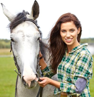 אשה וסוס לימודים רכיבה טיפולית