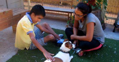 מרתה קמרנו מטפלת בילד בעזר כלב