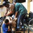 לימודי רכיבה טיפולית עזרה לנכה לעלות על סוס