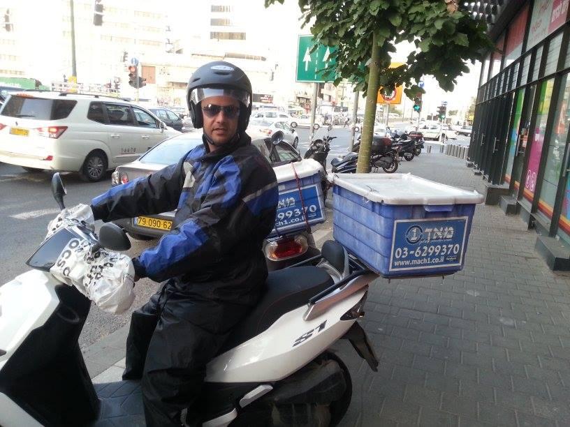 שליח על אופנוע