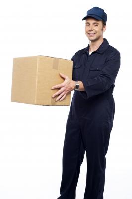 שליח שמחזיק חבילה