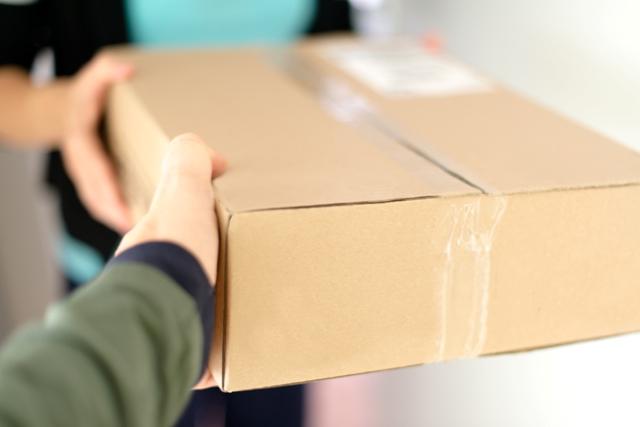 מסירת חבילת משלוחים